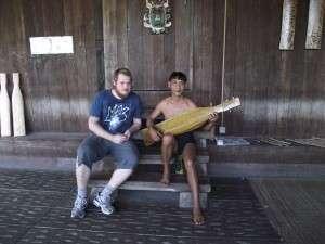 Rumah Orang Ulu kat Kampung Budaya Sarawak. Dia main 'Sape' (Borneo Guitar)