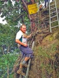 Naik tangga pergi atas batu, gayat gila