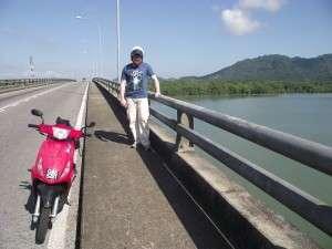 Saya naik motor (scooter) murah dan senang, boleh berhenti dan tengok permandangan cantik