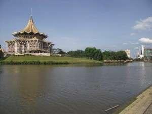 Bagunan yang cantik kat tepi Sungai Sarawak